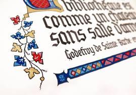 Typique de la période gothique, les fleuronnés rouges, bleus et or.