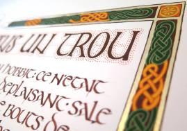 Les pointillés autour des lettres sont typiquement celtique.
